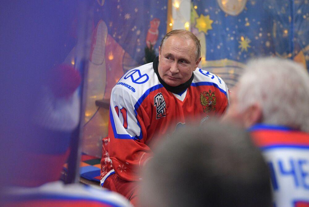 Il presidente russo Vladimir Putin durante la partita della Lega di hockey di Capodanno nella pista di pattinaggio sulla Piazza Rossa, Mosca, Russia