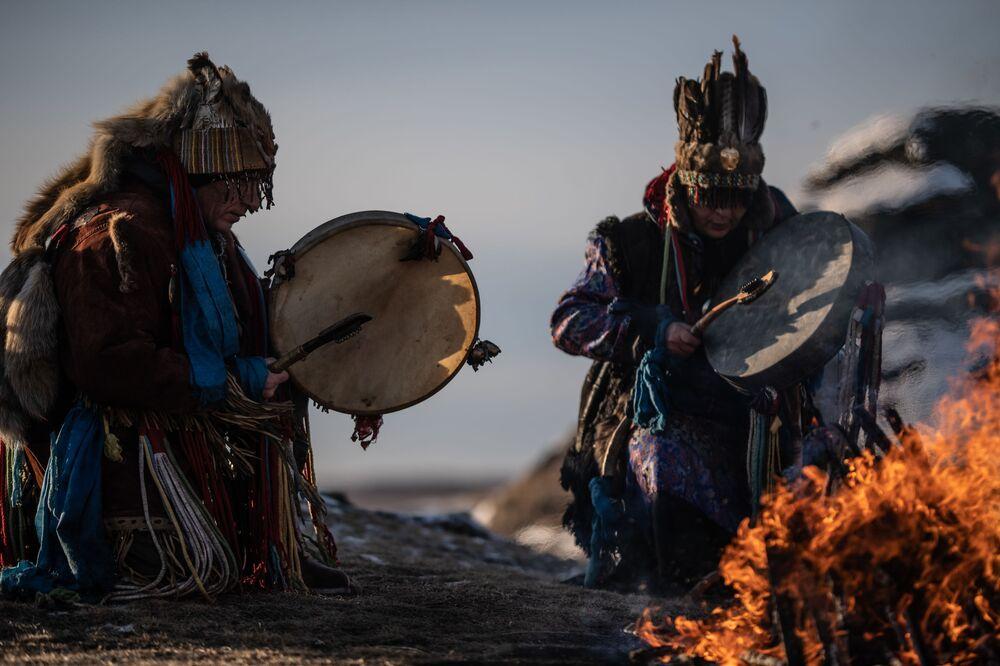 Rituale sciamano al lago Bol'shiye Allaki nella regione di Chelyabinsk, Russia