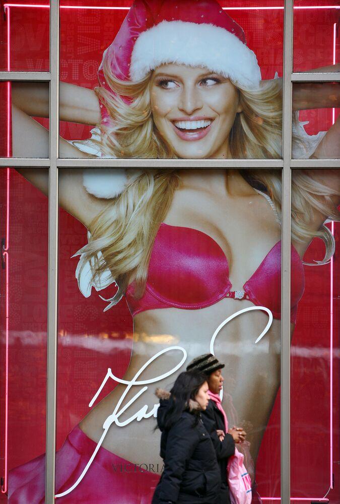 Passante davanti a una pubblicità di un grande negozio d'intimo a New York