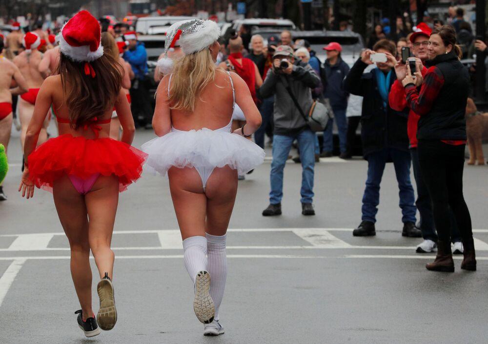 Ragazze prendono parte alla ventesima corsa annuale Santa Speedo Run a Boston, USA