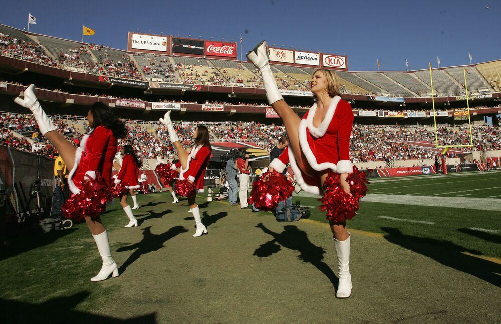 Le ragazze pon pon dell'Arizona Cardinals nei costumi di Babbo Natale si esibiscono durante una partita con Philadelphia Eagles, USA