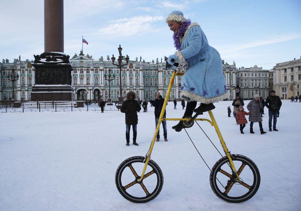Una ragazza vestita da Nevina durante la celebrazione del Capodanno a San Pietroburgo, Russia