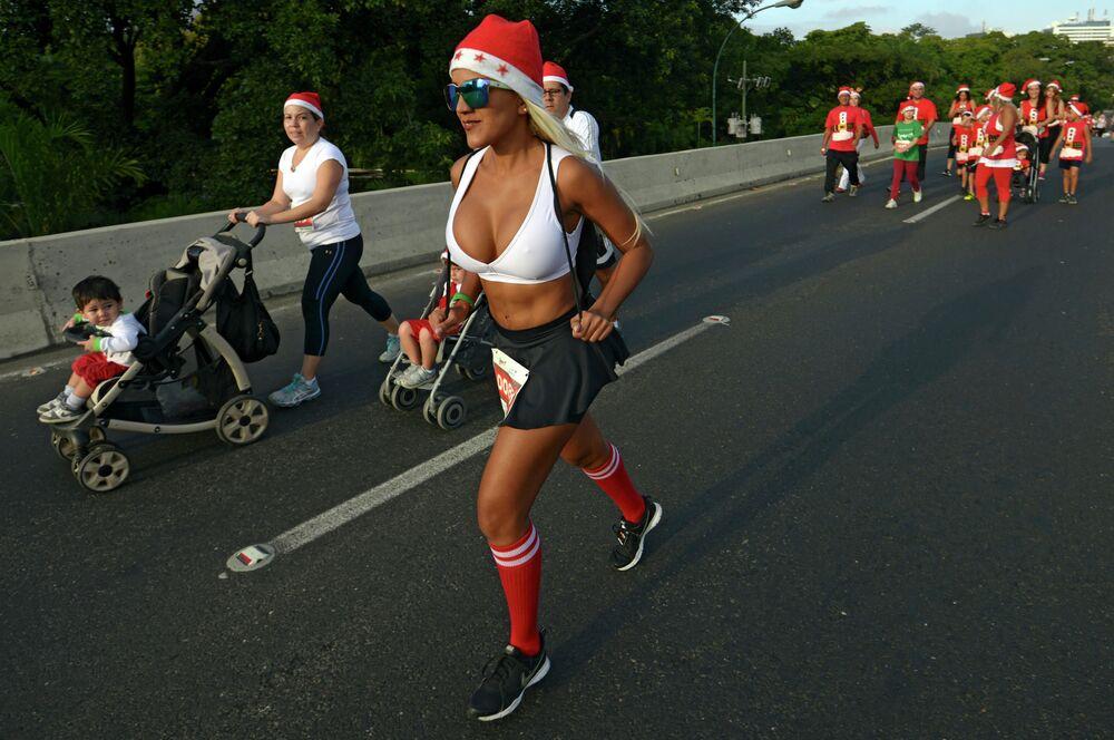 I partecipanti alla corsa di Babbo Natale a Caracas, Venezuela