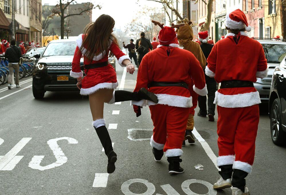 I partecipanti alla sfilata di Natale a New York, USA