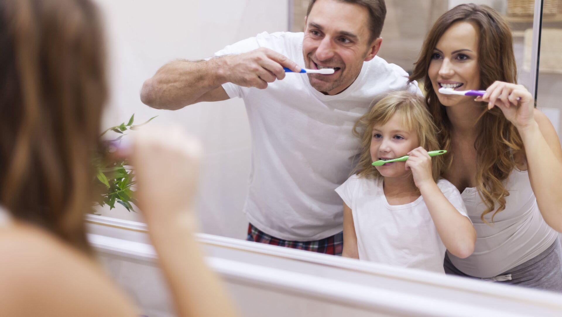 Una famiglia si lava i denti - Sputnik Italia, 1920, 15.02.2021
