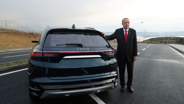 Turkish President Tayyip Erdogan poses with a prototype of the domestic electric car project in Gebze, Turkey, December 27, 2019. - Sputnik Italia