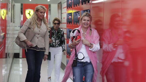 Corinna Schumacher (a destra) durante una visita ai box della Ferrari nel 2019 - Sputnik Italia