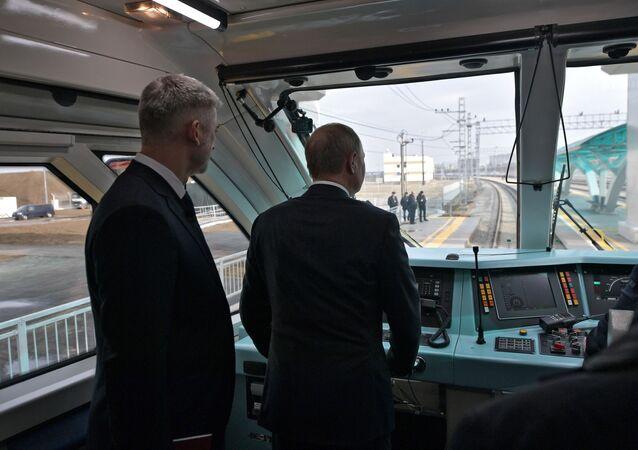 Putin sul ponte ferroviario di Crimea