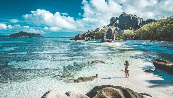 Una ragazza ad una spiaggia di Seychelles - Sputnik Italia