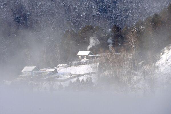 Una baita sulle rive del fiume Enisej nella taiga siberiana. - Sputnik Italia