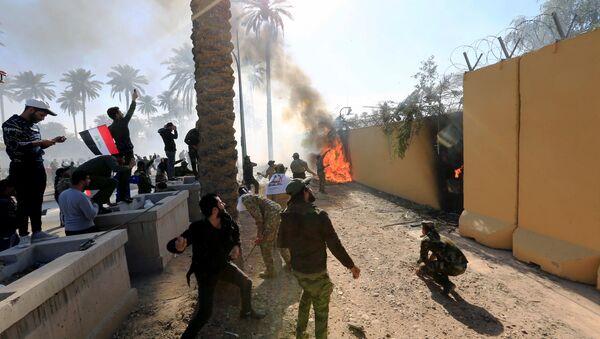 Proteste davanti all'ambasciata americana a Bagdad - Sputnik Italia