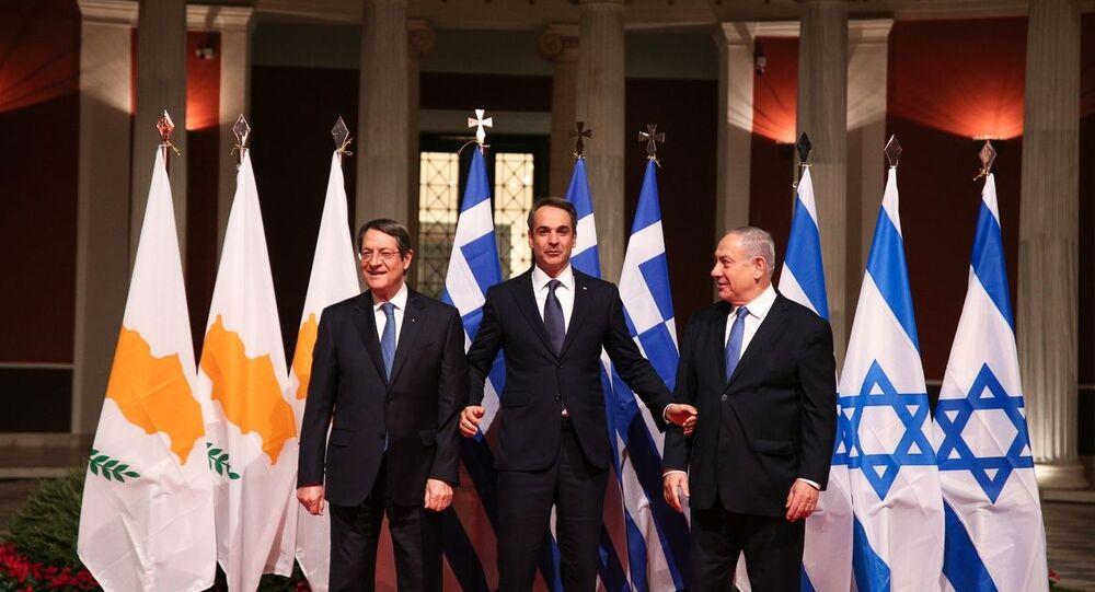 Il primo ministro greco Kyriakos Mitsotakis, il primo ministro israeliano Benjamin Netanyahu e il presidente di Cipro Nikos Anastasiadis