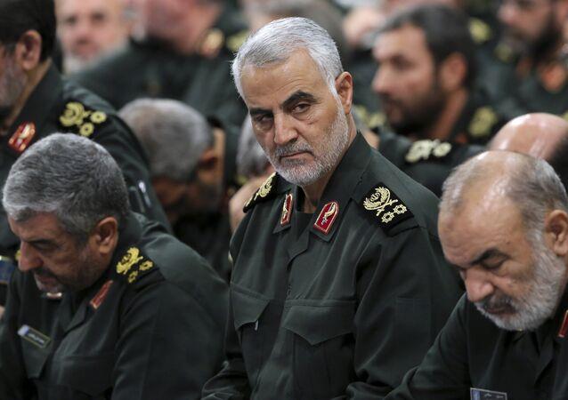 Il generale della guardia rivoluzionaria Qassem Soleimani, al centro, partecipa a un incontro con il leader supremo Ayatollah Ali Khamenei e i comandanti della guardia rivoluzionaria a Teheran, Iran, foto di archivio.
