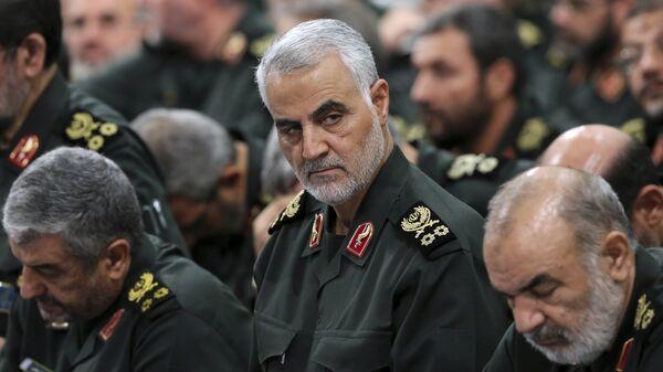 Il generale della guardia rivoluzionaria Qassem Soleimani, al centro, partecipa a un incontro con il leader supremo Ayatollah Ali Khamenei e i comandanti della guardia rivoluzionaria a Teheran, Iran, foto di archivio. - Sputnik Italia