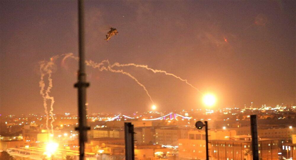 Elicotteri Apache AH-64 dell'esercito americano del 1 ° battaglione, 227 ° reggimento aeronautico, 34a brigata di combattimento aerea, lanciano razzi mentre conducono sorvoli dell'ambasciata degli Stati Uniti a Baghdad