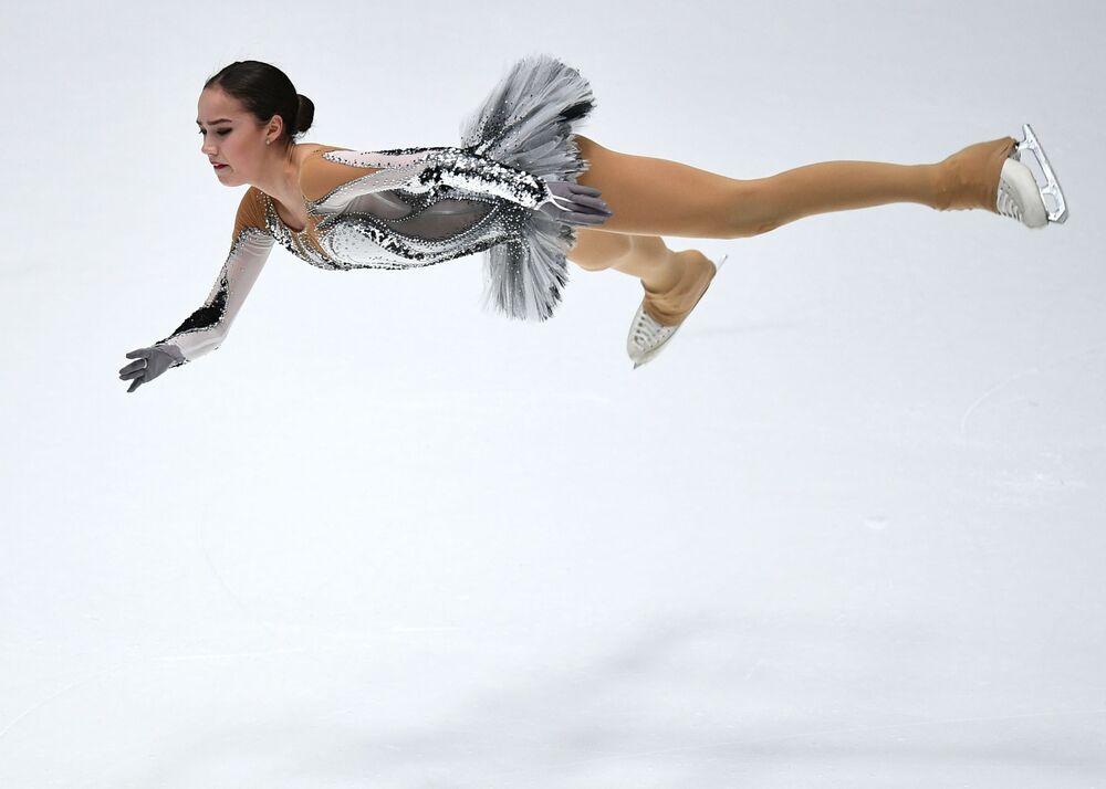 Alina Zagitova durante l'esibizione al Campionato russo nella città di San Pietroburgo