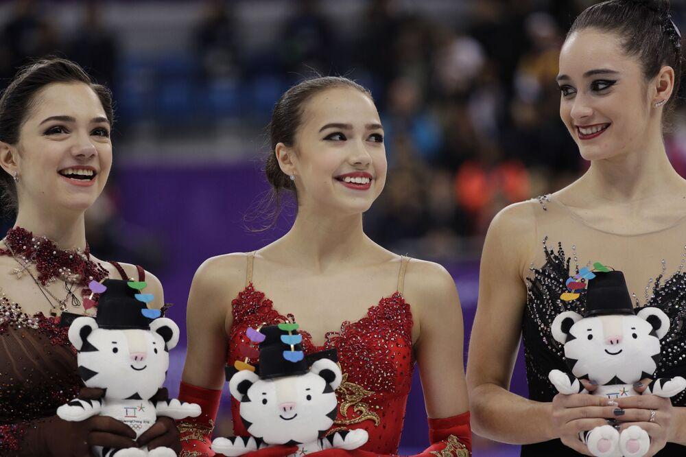 Alina Zagitova con la pattinatrice russa Evgenia Medvedeva (a sinistra) e la canadese Kaetlyn Osmond (a destra) alle Olimpiadi invernali 2018 a Pyeongchang, Corea del Sud