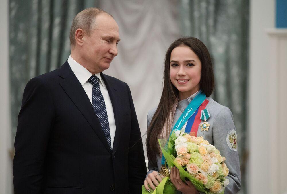 Il presidente russo Vladimir Putin assegna a Zagitova l'Ordine dell'Amicizia tra i Popoli dopo la sua vittoria alle Olimpiadi invernali del 2018