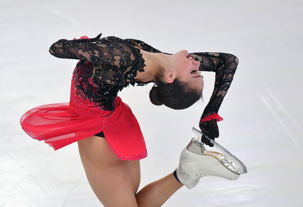 Alina Zagitova esegue il suo numero durante il Campionato russo di pattinaggio artistico nella città di Saransk