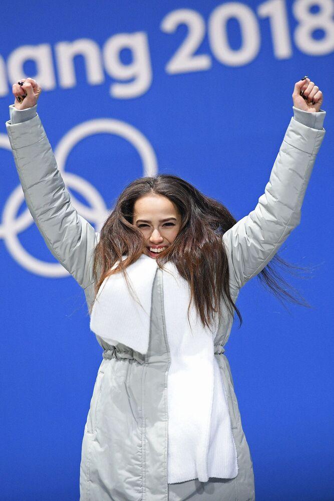 Alina Zagitova celebra la sua vittoria alle Olimpiadi invernali del 2018 a Pyeongchang, Corea del Sud