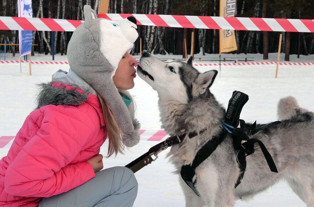 Un partecipante alla tradizionale competizione di Capodanno Gara di pupazzi di neve 2020 nel territorio di Krasnoyarsk presso l'arena sciistica Snezhinka nella città di Sosnovoborsk