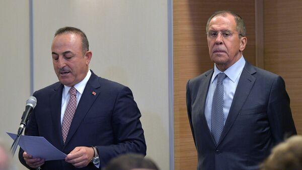 I ministri degli Esteri di Russia e Turchia Sergey Lavrov e Mevlut Cavusoglu - Sputnik Italia