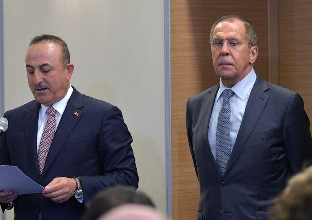 I ministri degli Esteri di Russia e Turchia Sergey Lavrov e Mevlut Cavusoglu (foto d'archivio)