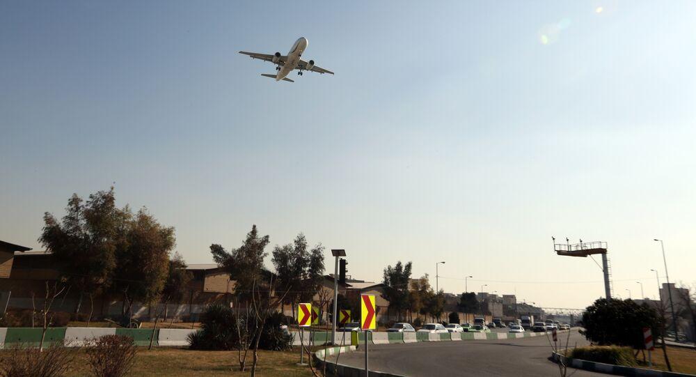 Un aereo prima dell'atterraggio all'aeroporto di Mehrabad a Teheran