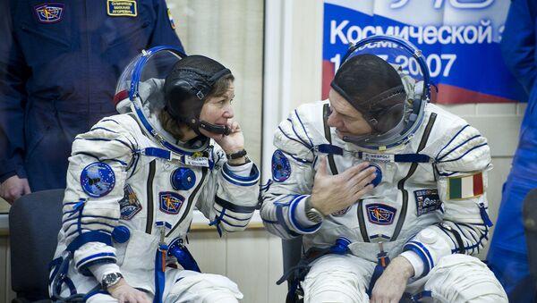 Expedition 26 Soyuz Flight Engineer Catherine Coleman, left, and European Space Agency astronaut Paolo Nespoli - Sputnik Italia