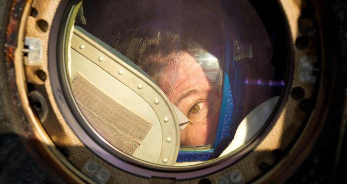 Paolo Nespoli guarda dall'oblò del Soyuz TMA-20 dopo atterraggio nel 2011.