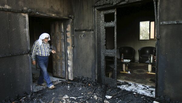 A Palestinian man inspects a house that was badly damaged from a suspected attack by Jewish extremists on two houses at Kafr Duma village near the West Bank city of Nablus July 31, 2015. - Sputnik Italia