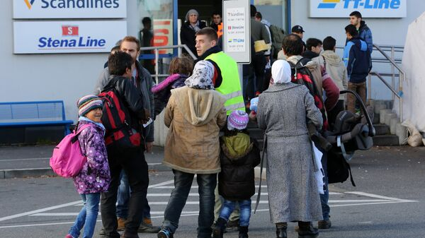 Migranti all'imbarco di un traghetto per la Svezia al porto di Rostock - Sputnik Italia
