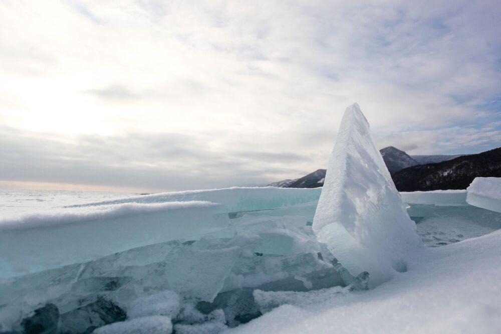 Il ghiaccio sul lago di Baikal