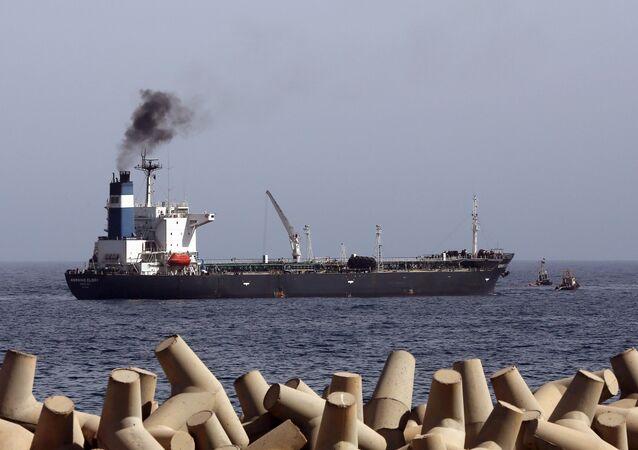 La petroliera Morning Glory vicino al porto libico Zawiya