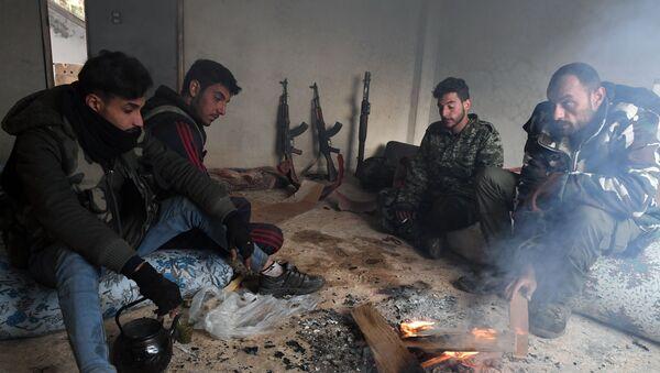 Gli insorti siriani fanno pausa dopo aver liberato il villaggio Sukeya nella provincia di Idlib - Sputnik Italia
