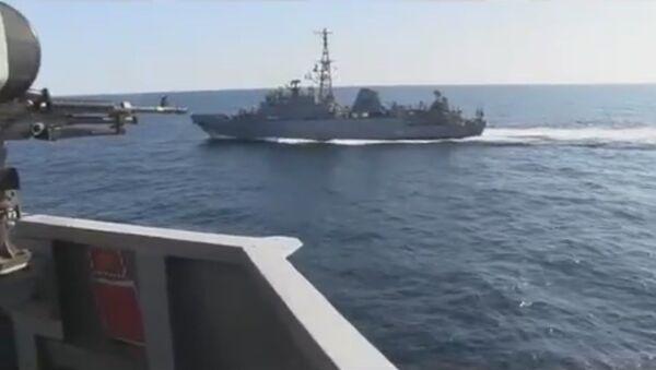 La nave russa a destra della USS Farragut - Sputnik Italia