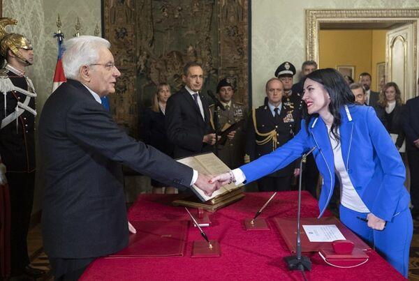 Giuramento del neo Ministro dell'Istruzione Lucia Azzolina davanti a Sergio Mattarella e l'ex primo ministro Giuseppe Conte. - Sputnik Italia