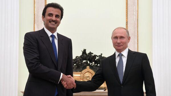 Il presidente russo Vladimir Putin con l'emiro del Qatar Tamim Ben Hamad Al Thani - Sputnik Italia