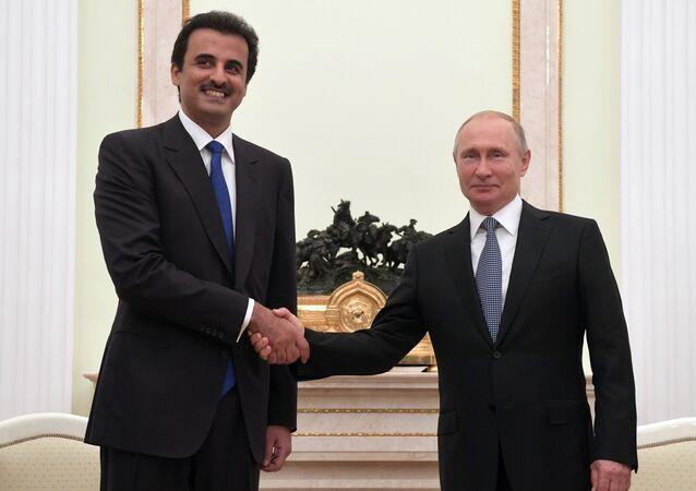 Il presidente russo Vladimir Putin con l'emiro del Qatar Tamim Ben Hamad Al Thani