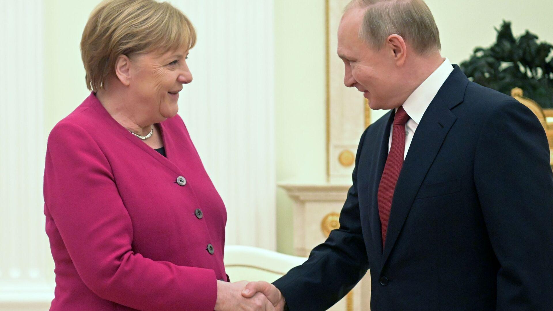 Il presidente russo Vladimir Putin e la cancelliera tedesca Angela Merkel l'11 gennaio 2020 - Sputnik Italia, 1920, 24.06.2021