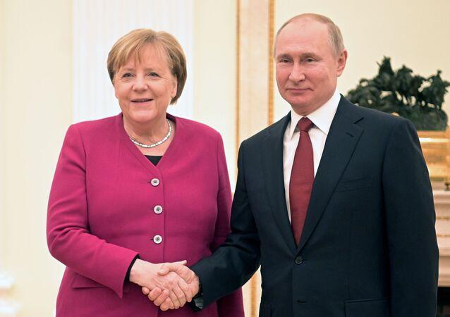 Il presidente russo Vladimir Putin e la cancelliera tedesca Angela Merkel (foto d'archivio)