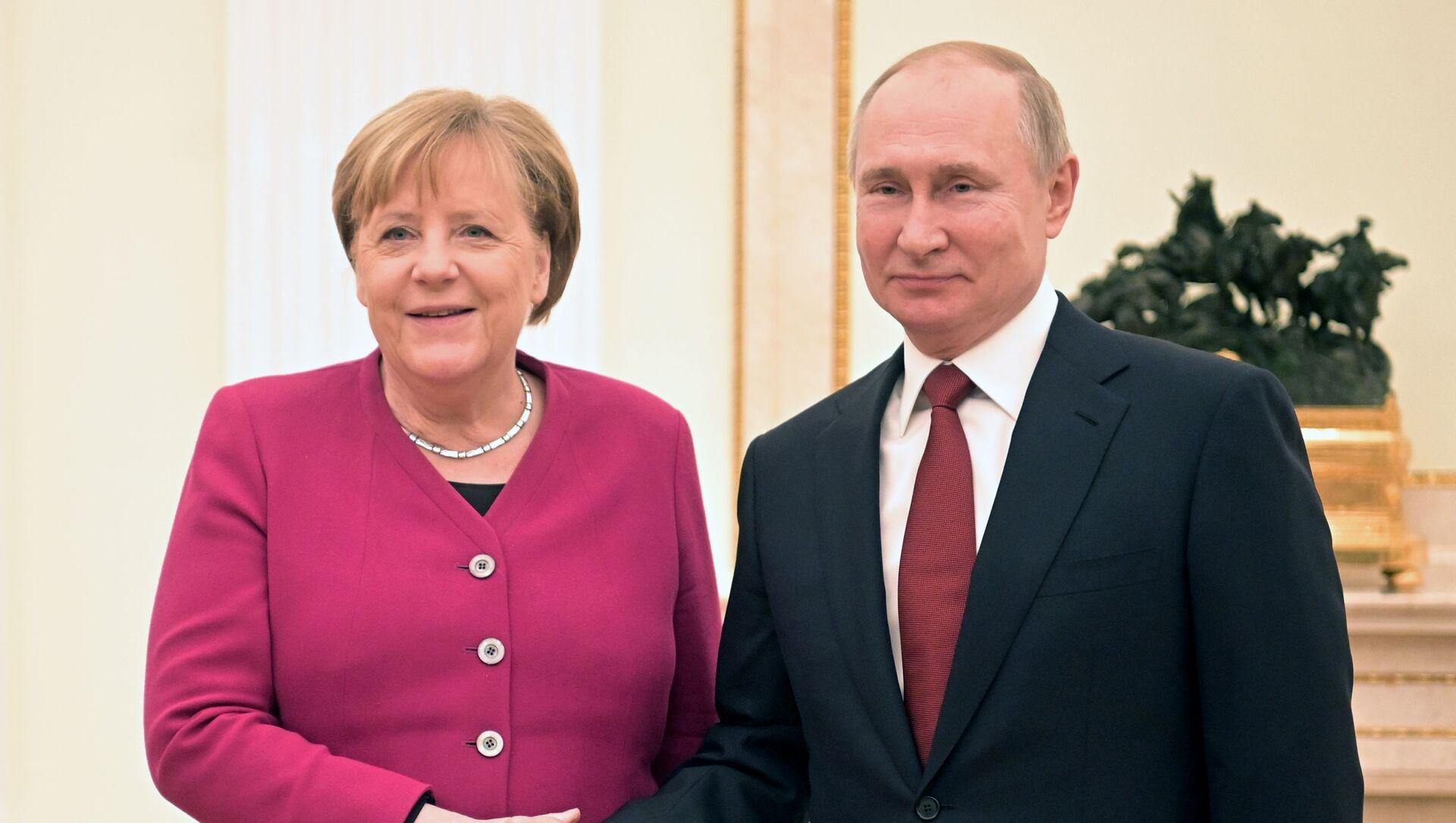 Il presidente russo Vladimir Putin e la cancelliera tedesca Angela Merkel l'11 gennaio 2020 - Sputnik Italia, 1920, 20.04.2021
