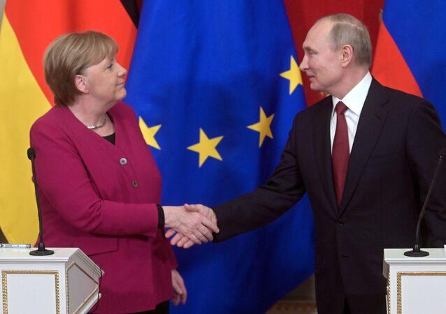 Il presidente russo Vladimir Putin e la cancelliera tedesca Angela Merkel l'11 gennaio 2020