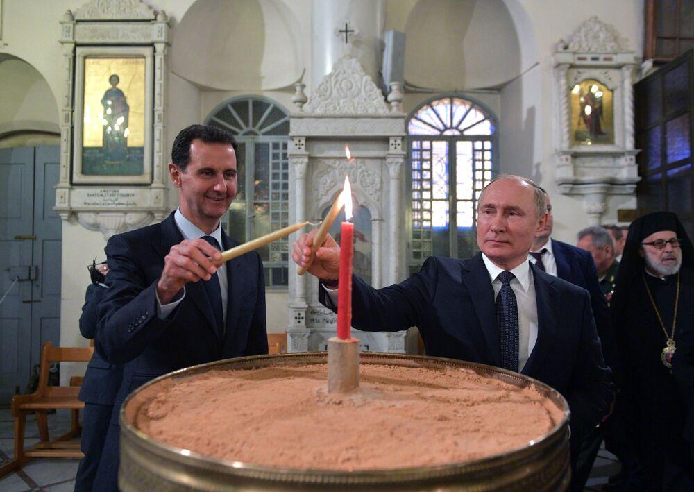 Il presidente russo Vladimir Putin e il presidente siriano Bashar Assad nella Cattedrale della Vergine Maria a Damasco, Siria