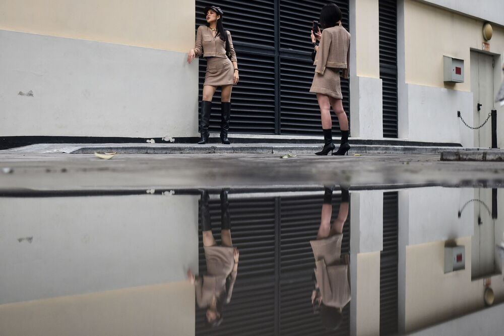 Ragazze durante un servizio fotografico ad Hanoi, in Vietnam