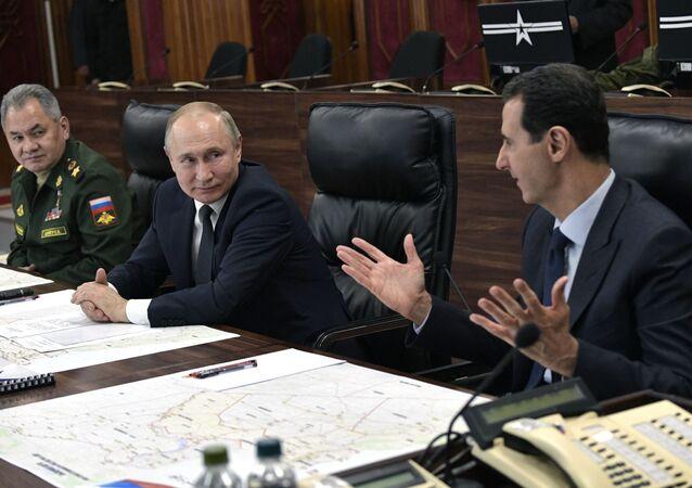 Il presidente russo Vladimir Putin, il presidente siriano Bashar Assad e il ministro della Difesa russo Sergei Shoigu
