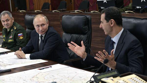 Il presidente russo Vladimir Putin, il presidente siriano Bashar Assad e il ministro della Difesa russo Sergei Shoigu  - Sputnik Italia
