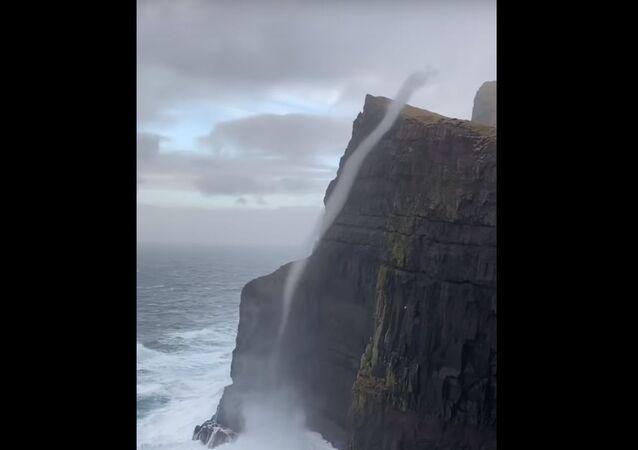 Vortice d'acqua di mare e vento