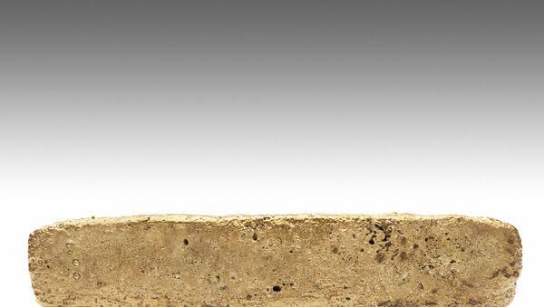 Foto di consegna rilasciata il 9 gennaio 2020 dal National Institute of Anthropology (INAH) del Messico, che mostra una barra d'oro da 1,93 chilogrammi trovata in un parco di Città del Messico nel 1981 da un operaio edile durante gli scavi per un nuovo edificio - Sputnik Italia