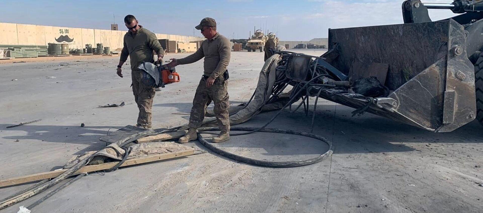 Американские военные чистят военную базу Эйн-аль-Асад после обстрела в Ираке - Sputnik Italia, 1920, 03.03.2021